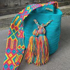 DESCRIPCION Este hermoso Morral Maya es tejido a mano por Artesanos Mexicanos. El increíble diseño del Tejido de su Asa es típico de Chiapas, representativo de nuestra ancestral y colorida Cultura Artesanal Maya. La composición del Hilo con que se teje es de poliéster con algodón, lo Tapestry Crochet, Knit Crochet, Embroidery Floss Crafts, Diy Bags Purses, Western Hats, Art Bag, Embroidery Techniques, Handmade Bags, Baby Knitting