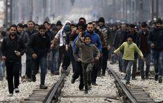 Refugiados y migrantes en el pueblo griego norte de Idomeni se acercan a la frontera entre Grecia y Macedonia en su intento de entrar en Macedonia este lunes 29 de febrero. LA PRENSA/AP
