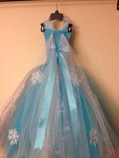 Queen Elsa inspired tutu dress and matching hairclip size nb to Robe Tutu Halloween, Costumes Avec Tutu, Tutu Outfits, Girl Outfits, Tutu Dresses, Birthday Tutu, Birthday Dresses, Frozen Birthday, Elsa Dress