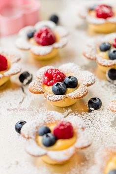 Kruche stokrotki z lemon curdem First Communion Cakes, Lemon Curd, Pavlova, Cookie Desserts, Doughnuts, Tart, Biscuits, Cereal, Nutella