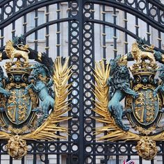 Knock knock Queen Elizabeth! #buckinghampalace #london #uk #unitedkingdom #england by nchynich