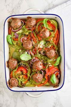 Op zoek naar een lekker simpele ovenschotel met lekker veel groenten? Wij hebben een heerlijk recept voor je wat je binnen 10 minuten maakt! Deze ovenschotel groenten & gehaktballen is makkelijk om te maken, gezond en vooral heel erg lekker! Diner Recipes, Low Carb Recipes, Healthy Recipes, Diner Food, Healthy Food, Oven Dishes, Sem Lactose, Food Blogs, No Cook Meals