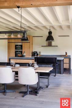 Houten eettafel met design meubels | eetkamer design | dining room | dining room design ideas | Hoog.design