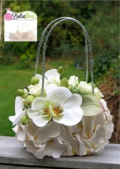 Discover thousands of images about Bolsa Flora III Photo Tutorial Art Floral, Floral Bags, Deco Floral, Floral Purses, Decoration Evenementielle, Flower Decorations, Wedding Decorations, Flower Bag, Flower Show