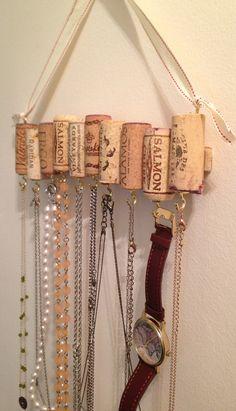 Manera adorable para colgar joyas, este estante de corchos de vino viene con una cinta ajustable ideal para colgar en una pared a cualquier altura. Ligero y robusto, este estante está equipado con diez ganchos y puede contener múltiples piezas en cada uno. Corchos oscilan local