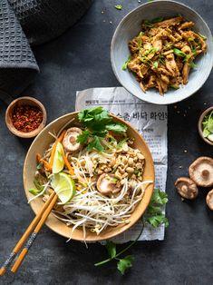 Le petit plat traditionnel qui nous fait voyager directement en Thaïlande. Découvrez la recette de mon pad thaï végétarien sur mon blog www.healthycooklife.com Avec des émincés de soja caramélisés. #recette #recettefacile #veggie #vegetarien #cuisinevegetarienne #healthyfood #asianfood #foodphotography #foodstyling Cereal Bio, Street Food, Yummy Treats, Photo Shoot, Ethnic Recipes, Blog, Instagram, Rice Noodles, Vegetarian Pad Thai