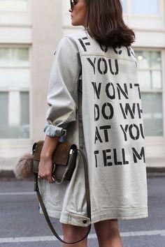 Nina Schwichtenberg trägt eine lange Jeansjacke von 5 Preview, Playsuit von Zara, Chloé Faye Small Bag & Jimmy Choo Dei 100 Lace up Heels. Mehr auf www.fashiioncarpet.com