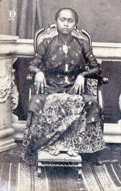 Surakarta, Indonesian Art, Dutch East Indies, Javanese, Kebaya, Old Pictures, Southeast Asia, Vintage Photos, Royals