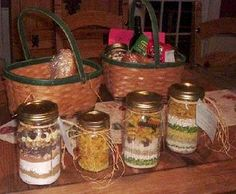 This is a guide about making Friendship Soup mix in a jar. Friendship Soup mix contains the main ingredients to make a yummy pot of soup. These soup mix jars make a great gift for the holidays or to have on hand for an easy to prepare meal. Diy Gifts In A Jar, Mason Jar Gifts, Homemade Gifts, Mason Jars, Gift Jars, Baby Food Jar Crafts, Baby Food Jars, Food Baby, Mason Jar Meals