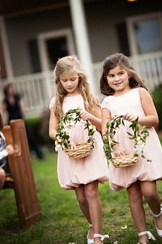 I love the natural leafy vines on these flower girl baskets.#FlowerGirl