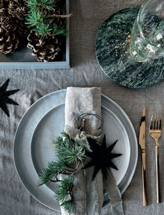 Naturlig jul (LEI LIVING) Natural Christmas table styling with pale blue-grey flatware, rough grey linen tablecloth and pine cones and sprigs of greenery. Love the green marble coasters Christmas Place, Natural Christmas, Noel Christmas, Scandinavian Christmas, Rustic Christmas, White Christmas, Christmas Table Settings, Christmas Tablescapes, Christmas Table Decorations