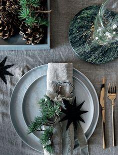 Rødgran, skovfyr og nordmannsgran. De klassiske nåletræer bærer hver især blomster – dem, vi bedst kender som kogler. Find dem i naturen, tag dem med indenfor, og lad dem pynte og sprede hygge i dit hjem. Her giver vi dig syv idéer til, hvordan du kan bruge kogler i din jul.