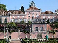 As origens: Palácio de D. Manuel de Portugal  O Palácio foi construído em 1559 pelo fidalgo D. Manuel de Portugal. Situa-se na zona sudoeste da cidade de Lisboa, em Belém. O palácio tinha jardins à beira do Tejo, quando o rio tinha a margem mais próxima do que na actualidade.  No século XVIII, D. João V que enriquecera com o ouro proveniente do Brasil, comprou-o ao conde de Aveiras, tendo-o alterado radicalmente.