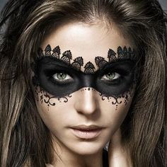 67 Halloween Makeup Ideas to Try This Year DIY Halloween Makeup / Halloween Make up - // PintArena Swimwear Maquillage Halloween Zombie, Maquillage Halloween Simple, Halloween Contacts, Beautiful Halloween Makeup, Halloween Makeup Looks, Amazing Makeup, Halloween Masquerade, Halloween Costumes, Diy Halloween