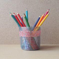 Pot à crayons en fil de fer et perles de rocaille roses et mauves