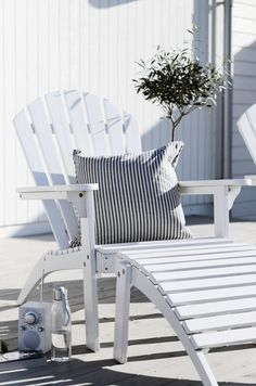 Beach Chair for Balcony # iPal radio Outdoor Spaces, Outdoor Chairs, Outdoor Living, Outdoor Decor, Big Comfy Chair, Porch And Balcony, Beach House Decor, Home Decor, Beach Chairs