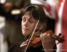 A violinista Nancy Dinovo chora durante um culto na Christ Church Cathedral em Vancouver para as vítimas do 11 de setembro.