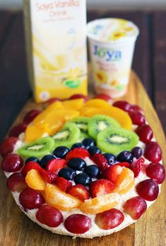 Here's how you can make a fresh, colorful and fruity vegan Easter tart! This delicious recipe is extremely easy to make and doesn't require baking. Fruit Tart, Fruit Salad, Vegan Biscuits, Vegan Yogurt, Tart Recipes, Vegan Butter, Quick Bread, The Dish, Vegan Desserts