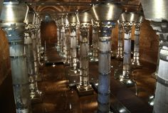 cisterna bizantina Places To See, Chandelier, Ceiling Lights, Lighting, Architecture, Romans, Buildings, Home Decor, Byzantine