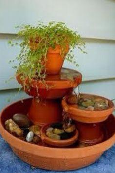 Fuente hecha con macetas de barro.