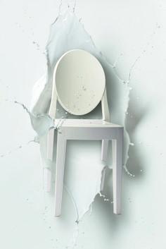 Victoria Ghost design by Philippe Starck for Kartell - sedia in policarbonato bianco coprente. Lo schienale è arrotondato e ricorda la forma degli antichi medaglioni, mentre la seduta è lineare e geometrica; una sedia di grande carisma e personalità che si imporrà con eleganza in ogni tipo di ambiente. Every diva loves a milk bath!