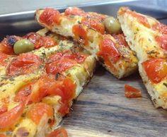 Pomodorini, origano e olive: questa è la Focaccia barese
