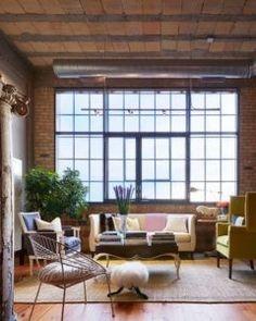 Diese industriellen Wohnzimmer, das verfügt über eine großflächige Fenster in Backsteinwand erreicht einen femininen Look. Foto: Martha O'Hara Innenräume