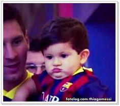 Vontade de morder ele todinho...rs : Olá,  Titi esbanjando fofura durante uma visita ao Camp Nou.  Bjs   thiagomessi