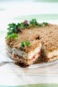 Suvun suosikkivoileipäkakku - Suvun suosikkivoileipäkakku on nimensä mukaisesti superherkullinen! Tässä voileipäkakussa leipäkerros onkin rouheaa murua. Mehevän täytteen maun salaisuus piilee piparjuurituorejuustossa, saunapalvissa, suolakurkussa ja tuoreissa yrteissä.