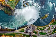 Niagara Falls, between Canada and the US: You can enjoy this majestic waterfall from the US, but in Canada for more spectacular scenery. About 51 meters high, this waterfalls flowing lines, creating beautiful rainbow. In winter, the frozen waterfall is equally splendid. Photo: Niagarafallslive. - http://mcmimages.com/