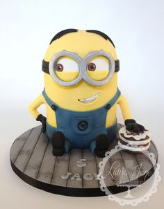 I love minions. and after a year of cake decorating Ive finally done one! :D Minion Dave. checking the coast is clear before he steals the birthday cake ; Minions, Minion Dave, Minion Birthday, Minion Party, Cupcake Birthday Cake, Cupcake Cakes, Funny Minion Pictures, Minion Cupcakes, Candy Bar Party