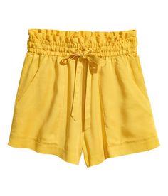 Sjekk ut dette! CONSCIOUS. En vid shorts i vevd kvalitet  av Tencel® lyocell. Den har høy midje med elastikk og snøring. Sidelommer. Volangkant øverst.  - Besøk hm.com for å se mer.