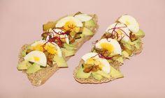 Bruschetta con aguacate, calabacín y huevo duro: una deliciosa tostada con pan de soda integral de espelta casero.  #bruschetta #tostada #pancasero #aguacate #desayunosano #huevo #recetasana #recetariosano