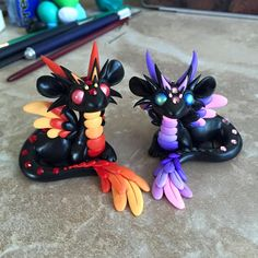 They look like they could glow on the dark Lucen como si pudieran brillar en la oscuridad Polymer Clay Dragon, Polymer Clay Figures, Cute Polymer Clay, Polymer Clay Animals, Cute Clay, Fimo Clay, Polymer Clay Charms, Polymer Clay Creations, Pokemon