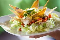 Dieses Rezept überzeugt sogar Menschen, die sonst nicht zu den regelmäßigen Salatessern zählen. Die Schichten aus Eisbergsalat, Hackfleisch, Kidneybohnen und Nachos sorgen für Abwechslung in der Salatschüssel. Das Rezept für den mexikanischen Salat gibt es hier.