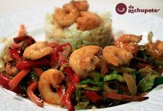 Una receta sencilla y muy sana con todo el sabor a mar. Langostinos, verduras al wok y arroz blanco, una combinación perfecta de sabores. Preparación paso a paso, fotos y vídeo.