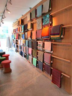 Unser Muster-Repertoire im Bereich Polsterstoffe wird nun um KVADRAT, ein starkes innovatives Textildesign Unternehmen, erweitert! Bei meinem gestrigen Besuch bei KVADRAT in der beeindruckenden Kölner Design Post in Deutz habe ich mir einen Teil der Kollektion ausgesucht, den wir schon ganz bald im Retrosalon präsentieren.   #KVADRAT #KvadratStoffe #DesignPost #DesignPostDeutz #DesignPostKöln #DesignStoffe #TextilDesign #Bezugsstoffe #Polsterstoffe #VintageMöbel #VintageFurniture