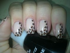 Asimetric leopard french nails.