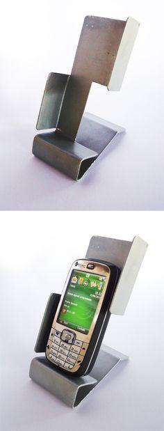 Realizzato anni fa, quando i cellulari avevano le dimensioni di un frigobar, questo stiloso portacellulare  merita di essere inserito nella mia board. Un foglio di alluminio, morsa e pazienza.