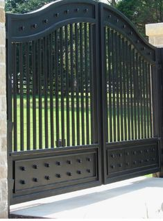 JDR Metal Art makes it easy for you to get a spectacular custom driveway gate made for your beautiful home, farm, ranch or estate. Gate Wall Design, Grill Gate Design, House Main Gates Design, Steel Gate Design, Front Gate Design, Double Door Design, Fence Design, Aluminum Driveway Gates, Wrought Iron Driveway Gates