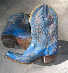 wow! love these blue vintage boots, vintage western wear