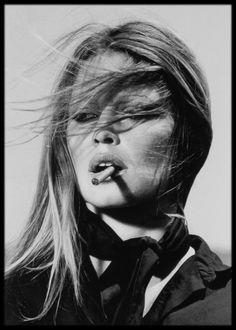 Foto zwart-wit Brigitte Bardot sigaret 1971 in lijst met houtnerf x