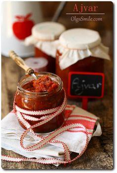 Ajvar należy do moich ulubionych paprykowych sosów. Jadłam już wszelakie dostępne na naszym krajowym rynku ajvary, mam wrażenie, że wszystkie bez wyjątku. Gdy tylko zobaczę nowy ajvar w sklepie kupuję i już, bez specjalnego oglądania