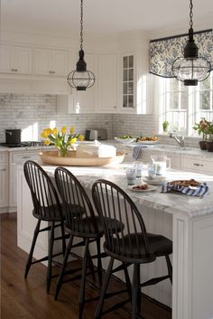 80 Modern Farmhouse Kitchen Lighting Decor Ideas and Remodel 10 – Home Design Farmhouse Kitchen Lighting, Modern Farmhouse Kitchens, Black Kitchens, Farmhouse Style, Kitchen Black, Country Kitchen, Tuscan Kitchens, Neutral Kitchen, Contemporary Kitchens