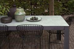 """Handgemaakt en uniek. Het tafelblad is gemaakt van originele """"Zelliges"""" (handgemaakte Marokkaanse tegels) verkrijgbaar in diverse kleuren, onderstel is van zwart staal"""