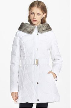 A triangle body type will look beautiful in this Faux Fur Collar Down & Feather Coat. The fur draws attention to the upper body and away from the lower body.