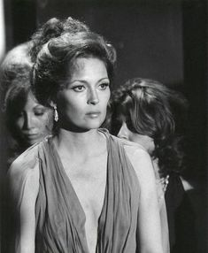 Faye Dunaway in The Towering Inferno Bonnie Parker, Bonnie N Clyde, Hollywood Stars, Classic Hollywood, Hollywood Divas, Faye Dunaway Movies, The Towering Inferno, Disaster Movie, Art