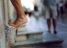 Dubrovnik. Sullo stradun c'è una chiesa francescana attorno alla quale si fermano tutti i passanti, e ridono, sorridono, giocano.  Alla sinistra dell'entrata della chiesa, a una cinquantina di cm da terra c'è una pietra sporgente raffigurante un sorridente gufo apotropaico. Usanza vuole che si salga in piedi sulla pietra, spalmati contro il muro e che si debba resistere in piedi per più tempo possibile. Ci provano tutti: croati, italiani, svedesi, cinesi, uomini, anziani, donne, bambini…