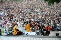 Exo with their malaysian fans Hunhan, Exo Ot12, Kpop Exo, Exo Chanyeol, Exo Official, Solo Pics, Exo Fan, Funny Moments