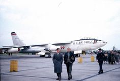 A USAF Boeing Stratojet as an air show display at a base. Strategic Air Command, Boeing Aircraft, Aircraft Painting, Military Pictures, Us Air Force, Nose Art, Air Show, American History, Knives